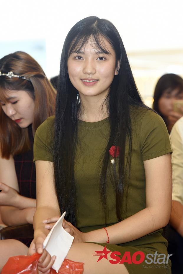 Thí sinh trẻ tuổi Nguyễn Thị Vân (sinh năm 2001) đến dự thi cùng mẹ với quyết tâm giành chiến thắng.