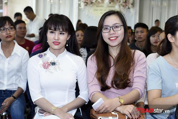 Thí sinh nữ từ Hà Tĩnh ra Hà Nội trong đêm hôm qua cùng em gái.