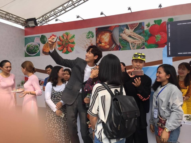 Kwang Soo và HaHa vui vẻ chụp ảnh cùng fan.
