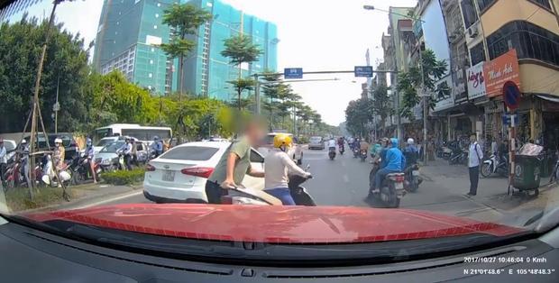 """Hình ảnh ông Tây nhắc bổng """"ninja lead"""" giữa đường. Ảnh: Cắt từ clip."""