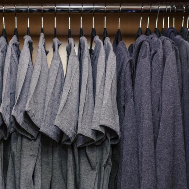 Tủ đồ của Mark Zuckerberg gồm toàn áo T-shirt và áo hoodies tối màu.