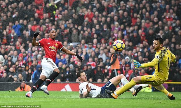 Anthony Martial kết thúc hoàn hảo pha tấn công nhanh của Man Utd.