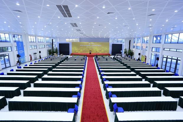 Phòng họp báo lớn có diện tích 14.000 m2, đủ chỗ cho khoảng 1.000 phóng viên làm việc cùng lúc. Tại đây có bục cho phóng viên ảnh, vị trí tường thuật trực tiếp, hệ thống âm thanh ánh sáng dành cho họp báo, có màn hình LCD lớn đưa tín hiệu của truyền hình nước chủ nhà và các thông báo, hệ thống phiên dịch…