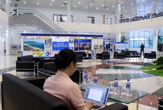 Trung tâm Báo chí quốc tế APEC 2017 cung cấp các dịch vụ miễn phí như sử dụng trang thiết bị tại phòng làm việc chung cho phóng viên gồm mạng internet không dây; bàn, ghế, máy tính, máy in, photocopy…