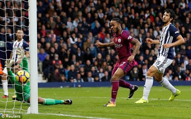 Raheem Sterling ghi bàn thứ 3 của Manchester City vào lưới West Brom.