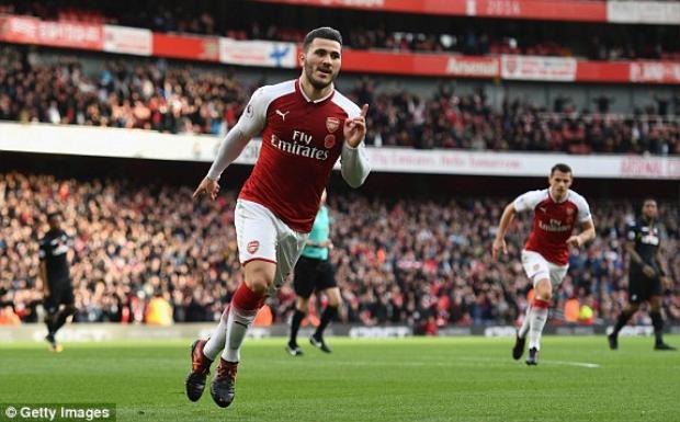 Sead Kolasinac vừa ghi bàn, vừa kiến tạo, giúp Arsenal lật ngược tình thế.