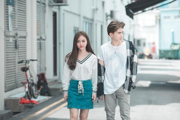 Xuất hiện trong MV, Chi Dân cùng bạn diễn vào vai một đôi bạn thân, cùng nhau trải qua nhiều kỷ niệm vui buồn trong cuộc sống.