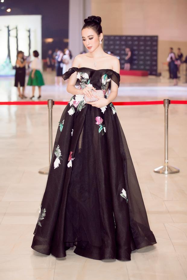 Angela Phương Trinh diện cây hàng hiệu 2,5 tỷ đồng chơi nổi trên thảm đỏ sự kiện