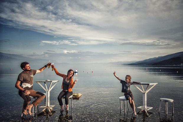 Gia đình ba người chu du khắp thế giới trên một chiếc sidecar