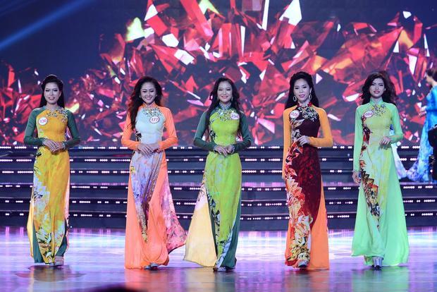"""Áo Dài của vòng chung khảo phía Nam - Hoa hậu Việt Nam 2016 """"hớp hồn"""" người xem bởi sự rực rỡ vừa phải, nhưng vẫn tôn lên nét trẻ trung, vẻ đẹp tràn sức sống của các thí sinh."""