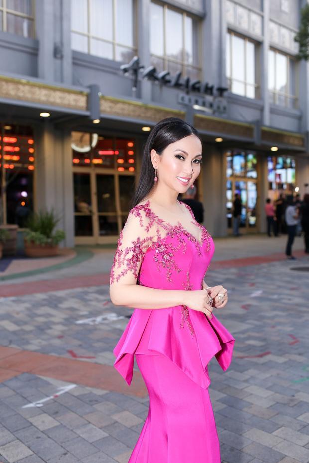 Xuất hiện tại sự kiện khai mạc Liên hoan phim Châu Á Thế giới, Hà Phương khá nổi bật với thiết kế đầm hồng rực rỡ, trang sức hàng hiệu cùng tone. Phong cách trang điểm kém tự nhiên khiến gương mặt Hà Phương đơ cứng. Ngoài ra, lớp trang điểm dày cộp đã không còn hợp với xu hướng hiện đại.