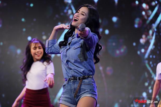 """Nhất là ca khúc Bad Boy remix vàbài hát mới Cô ba Sài Gòn trên nền nhạc với dàn vũ công đầy sôi động, nữ ca sĩ khiến cả khán phòng """"bùng cháy""""."""