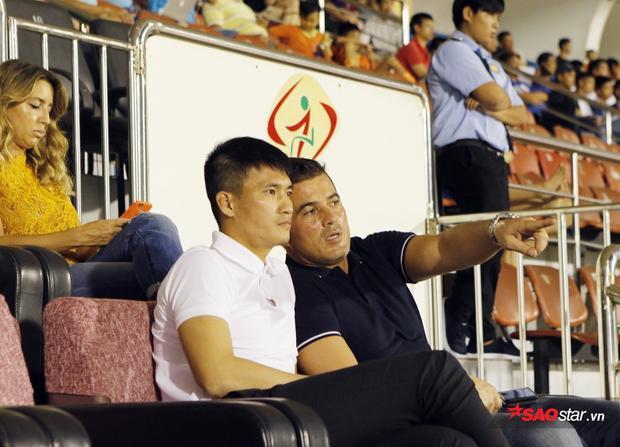 Tiago và Công Vinh dõi theo trận derby TP.HCM.