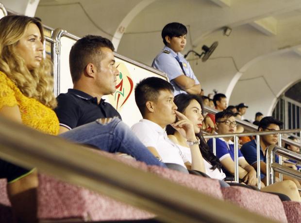 Thủy Tiên và Công Vinh chăm chú dõi theo trận đấu.