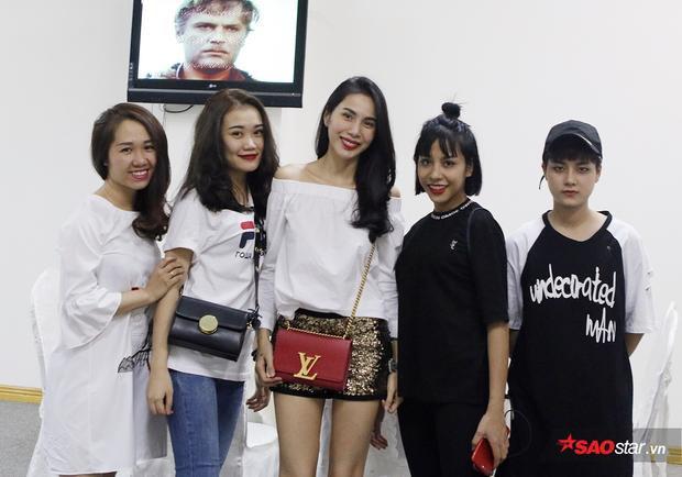 Vợ của cầu thủ Bùi Văn Long (áo đen) - Phương Thảo cũng đến dõi theo trận đấu.
