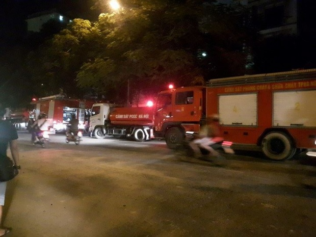 Nhiều xe chữa cháy được điều động đến hiện trường.