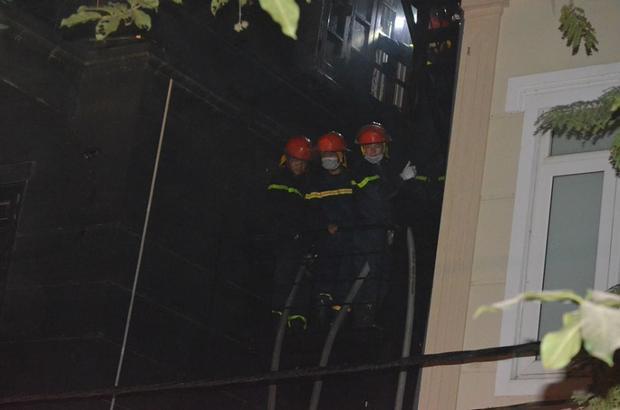 Quán karaoke 4 tầng ở Hà Nội bốc cháy dữ dội, hàng chục cảnh sát trèo tường dập lửa