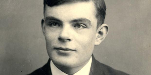Chân dung Alan Turing, cha đẻ lĩnh vực máy tính hiện tại. Người được cho là đã tạo cảm hứng để logo táo khuyết của Apple ra đời.