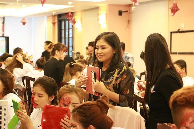 """Bà Nguyễn Thị Kim Châu, giám đốc một trung tâm có khóa học trang điểm """"khác lạ"""" chia sẻ mấy năm nay, học viên đăng ký khóa trang điểm ma quỷ ngày càng đông. """"Điều quan trọng nhất là các bạn yêu thích trang điểm, dám thử thách với những phong cách mới lạ, vận dụng khả năng sáng tạo của mình"""", bà Châu cho biết."""