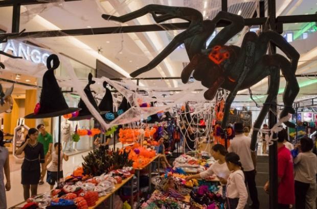 Từ giữa tháng 10, bạn có thể cảm nhận rõ không khí Halloween ở các trung tâm thương mại, cửa hàng với những hình trang trí quả bí ngô, mặt nạ ma quỷ…