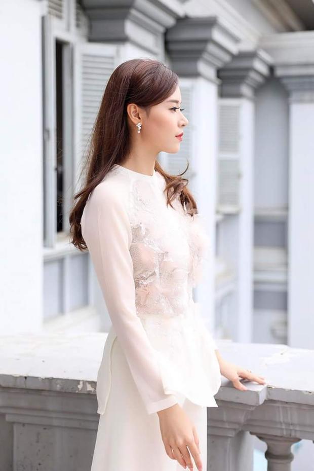 Có vẻ màu trắng luôn là sự lựa chọn ưa thích của nhiều mỹ nhân trong showbiz Việt. Diện thiết kế váy trắng với phần thân áo chất liệu mỏng phối cùng voan và có chi tiết đính kết tinh tế, Midu thật sự hoàn hảo, khiến người đối diện không thể rời mắt.