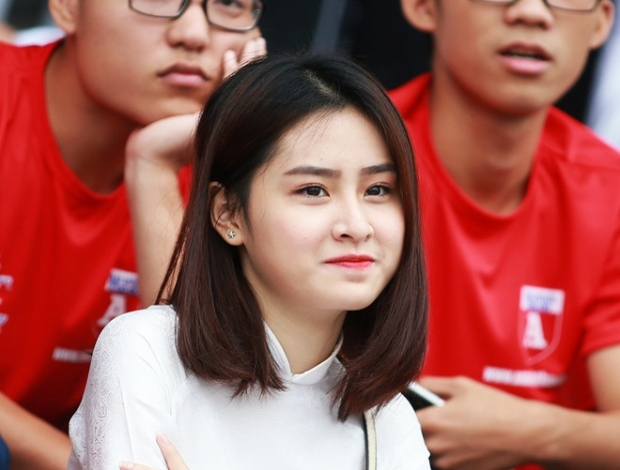 Nữ sinh Hà Nội phải khóa trang cá nhân chỉ sau một khoảnh khắc cười mím môi trên khán đài