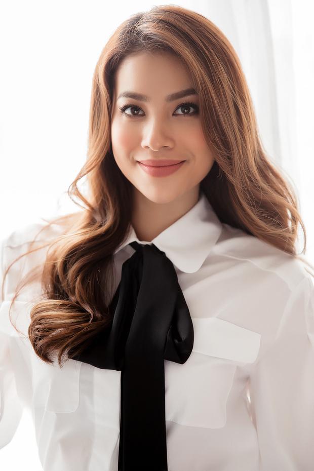 Phạm Hương diện áo dài trắng, rạng rỡ quảng bá cho sự kiện APEC 2017