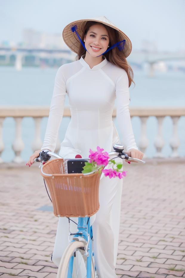 Nhận lời mời của Sở Du lịch Thành phố Đà Nẵng, hoa hậu Phạm Hương đã có ba ngày ghi hình cho một video clip đặc biệt để quảng bá Đà Nẵng nhân sự kiện APEC 2017 mà thành phố này đăng cai tổ chức.