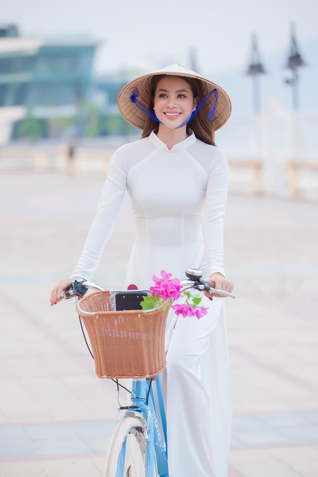 Cựu HLV The Face Vietnam cho biết cô vinh dự được lựa chọn là người đẹp quay video giới thiệu văn hoá, con người và du lịch Đà Nẵng.