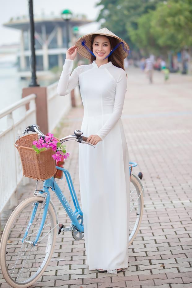 Hoa hậu Hoàn vũ Việt Nam 2015diện áo dài trắng, chạy xe đạp bên bờ sông Hàn, tham quan và trải nghiệm những resort, khách sạn lớn và tiện nghi nhất Đà Nẵng, cùng tham gia các hoạt động ngoài trời… Tất cả đều hướng đến hình ảnh Đà Nẵng năng động, thân thiện, mến khách.