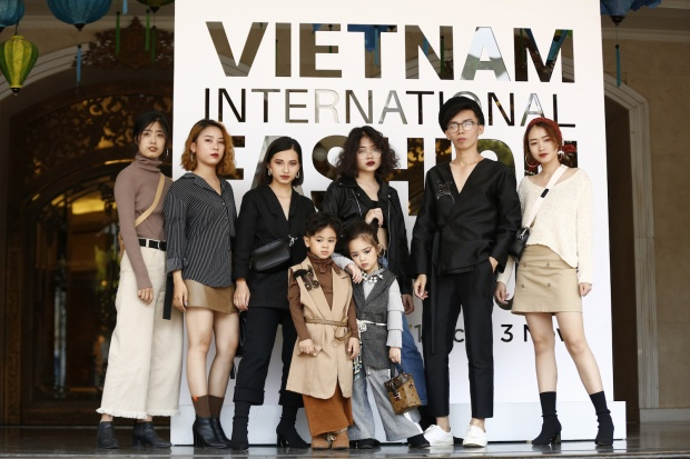 Giới trẻ Hà Thành vẫn dành 'một góc nhỏ trong tim' để khoe những bộ cánh mang phong cách thanh lịch đặc trưng của Thủ Đô.