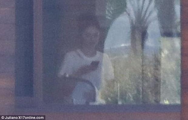 Hình ảnh Selena đi đến biệt thự của Justin được Dailymail đăng tải.