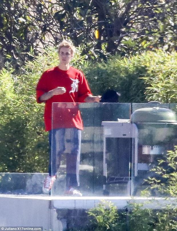 Justin xuất hiện sau Selena không lâu.