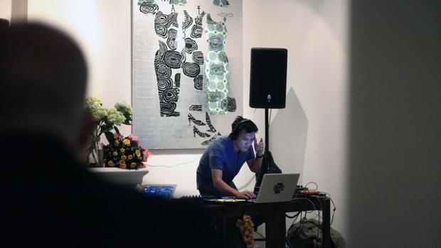 Nghệ sĩ điện tử Trí Minh đang biểu diễn