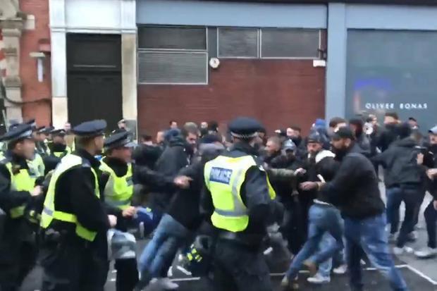 CĐV Roma xung đột với cảnh sát London ở trận hòa Chelsea 3-3.
