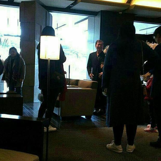 Cùng với đó, bố của Song Joong Ki cũng đã có mặt tại khách sạn Shilla để đón tiếp họ hàng, chỉ đạo đám cưới.