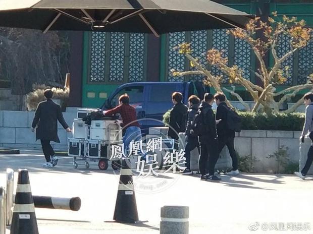 Phóng viên rầm rộ tác nghiệp đám cưới, Song Hye Kyo và bố chồng đã đến