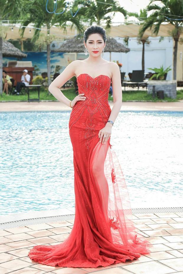 Thiết kế này giúp Hoa hậu tận dụng để khoe trọn đôi chân dài miên man.