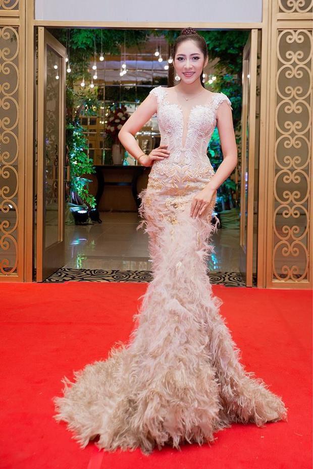 Hoa hậu Đại dương 2014 ưu chuộng những mẫu đầm đuôi cá rườm rà và thường xuyên trưng diện ở các sự kiện giải trí trong nước.
