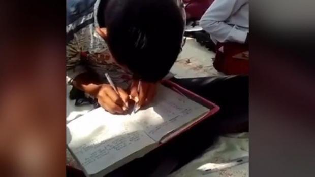 Viết bằng hai tay: Chuyện thật như đùa ở trường học Ấn Độ