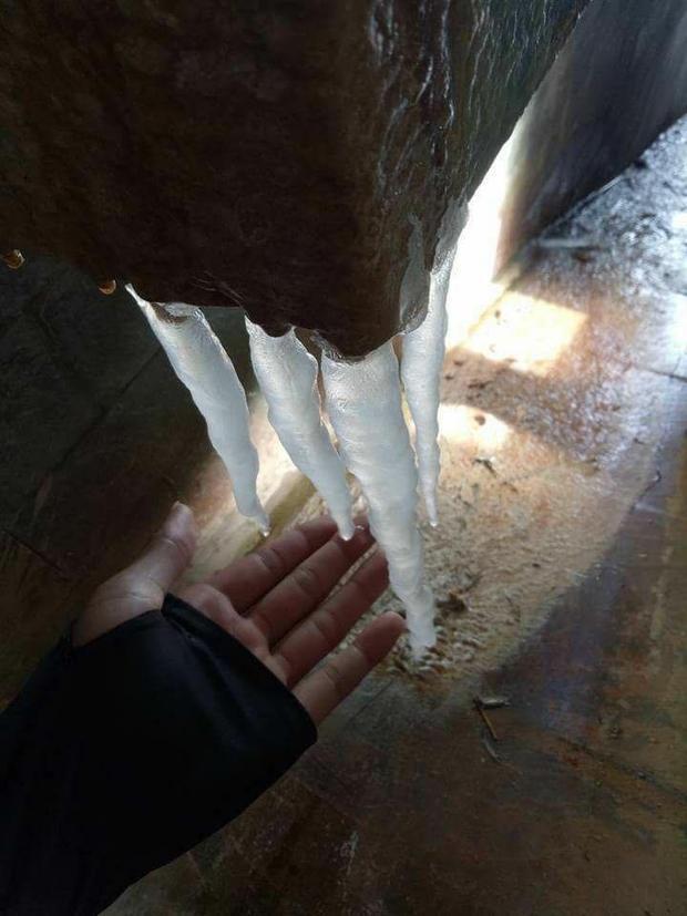 Băng giá xuất thành mũi kiếm tuyệt đẹp ở mỏm đá. Ảnh Laocaionline