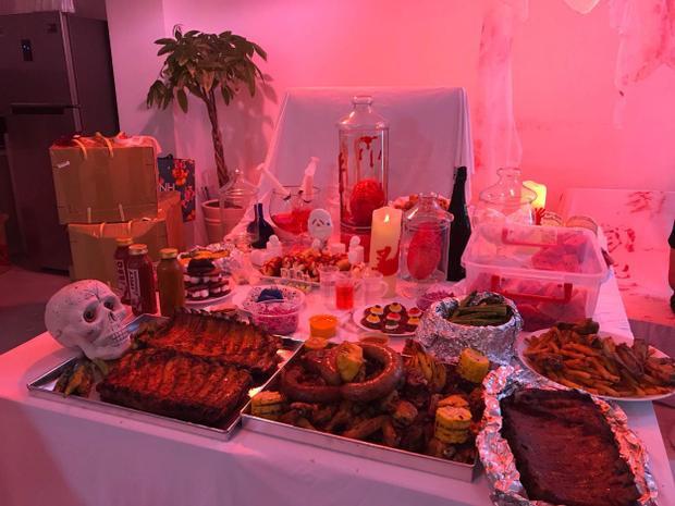 """Bàn tiệc với những món ăn """"độc lạ""""."""