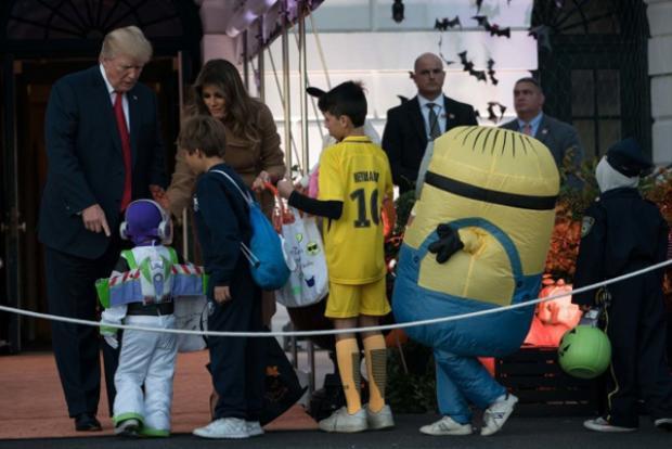 Năm đầu tiên ở Nhà Trắng, vợ chồng Tổng thống Trump đón Halloween như thế nào?