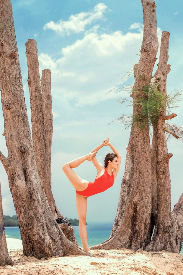 Với những bộ đồ bơi bắt mắt, nữ diễn viên Sắc đẹp ngàn cân tự tin khoe vóc dáng gợi cảm. Điều thú vị là cô liên tục thực hiện những động tác Yoga với độ khó cao.