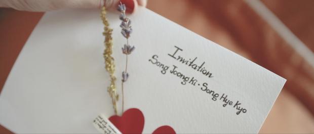 """Mà bên trong chính là """"Tấm thiệp mời trên bàn, thời gian địa điểm rõ ràng""""."""