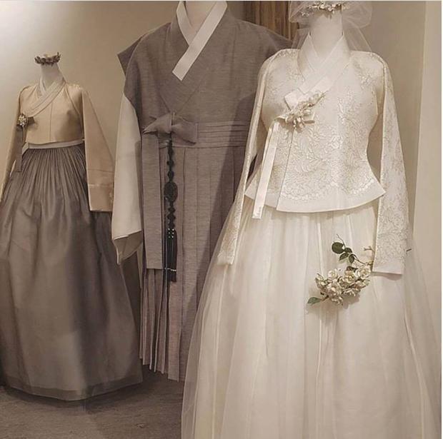 Hình ảnh trang phục cưới truyền thống của cặp Song - Song được lan truyền trên mạng xã hội.