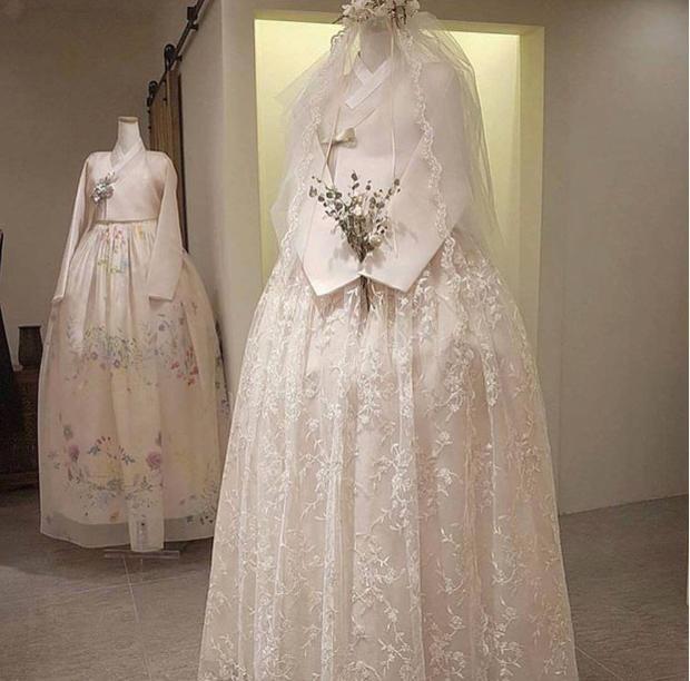 Chiếc váy thứ hai được đầu tư hơn về kiểu cách, chất liệu, cũng như chi tiết.