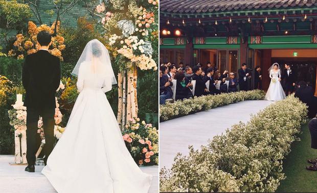 Đi bên cạnh cô dâu xinh đẹp, chú rể Song Joong Ki diện vest tông màu đen lịch lãm. Nụ cười hạnh phúc luôn thường trực trên gương mặt của họ.