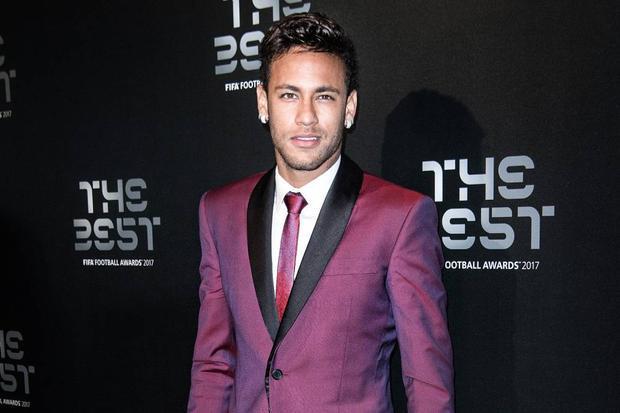Neymar lịch lãm trong bộ vest màu bordeaux