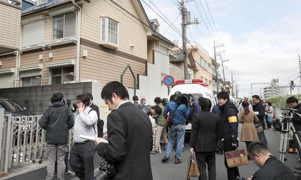 Cánh phóng viên tập trung bên ngoài căn nhà, nơi phát hiện các mảnh thi thể của 9 người.